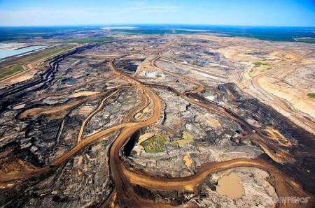 CANADA ALBERTA FORT MCMURRAY 20.07.2009 - Luftaufnahme der Syncrude Aurora Oelsand Mine in einem Waldgebiet noerdlich von Fort McMurray. Die Oelsande in Alberta sind ein Gemisch bestehend aus durchschnittlich 83 % Sand, 10 % Bitumen, 4 % Wasser und 3 % Ton Aerial view of Syncrude Aurora tarsands mine in the Boreal forest north of Fort McMurray, northern Alberta, Canada. © Jiri Rezac / Greenpeace